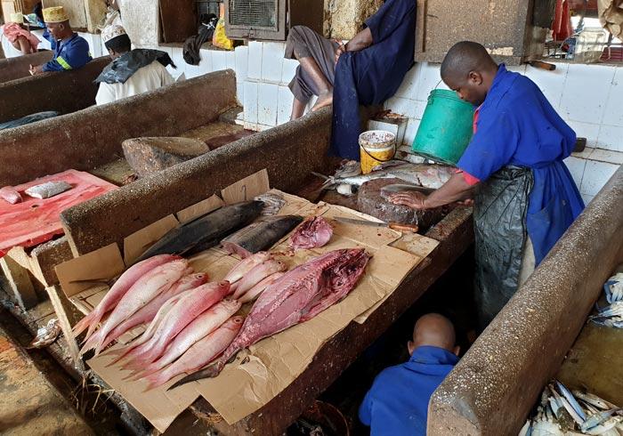 Puesto de pescado en el mercado Darajani que ver en Stone Town