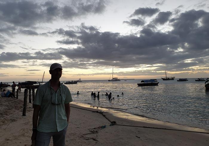 En la playa de Stone Town tras el atardecer