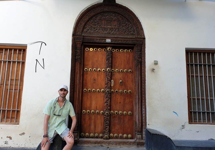 Ante una de las puertas singulares de la ciudad que ver en Stone Town