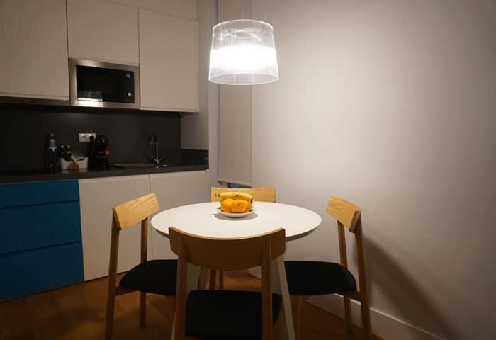 Zona de la cocina de una villa de Cerca Design House