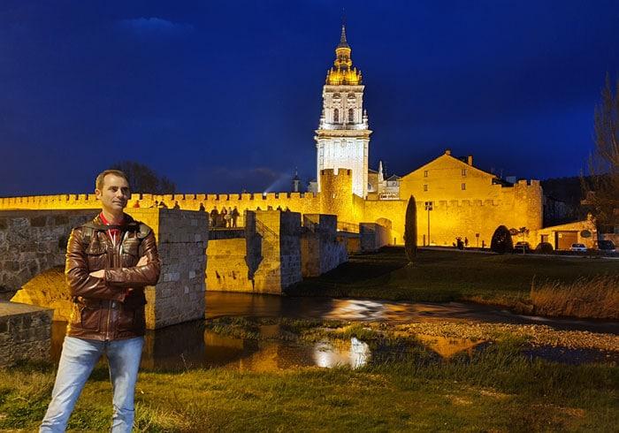 Vista nocturna de la muralla y la catedral de El Burgo de Osma