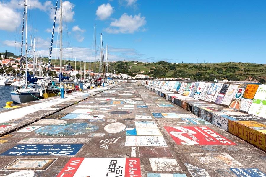 Muelles decorados del puerto deportivo de Horta
