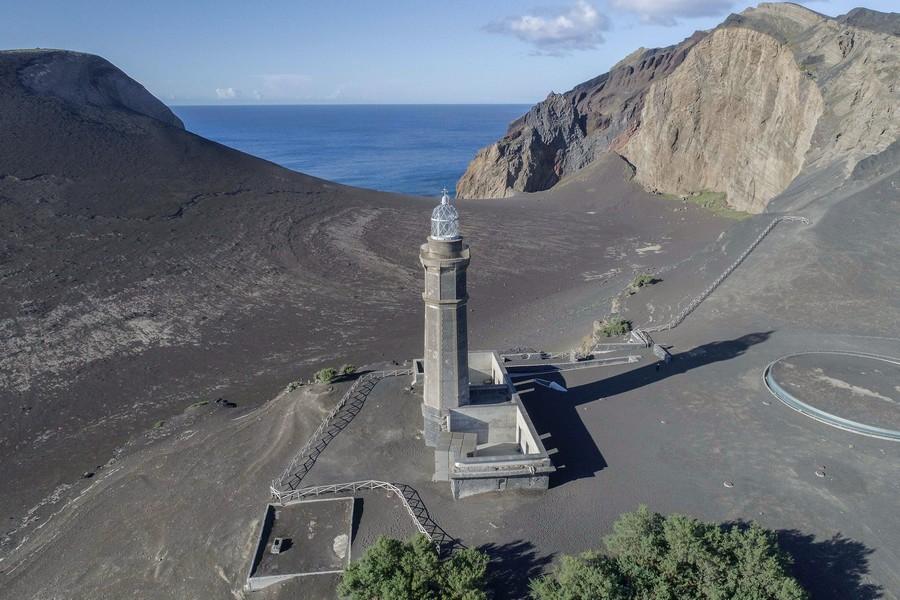 Vista área del faro del Vulcão dos Capelinhos