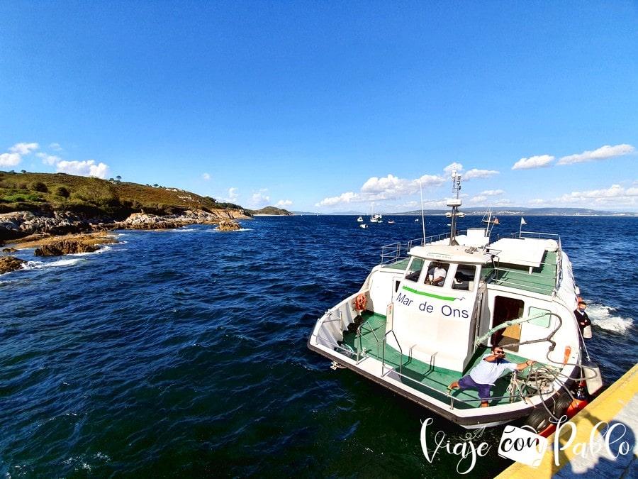 Uno de los barcos que une Bueu con la isla de Ons