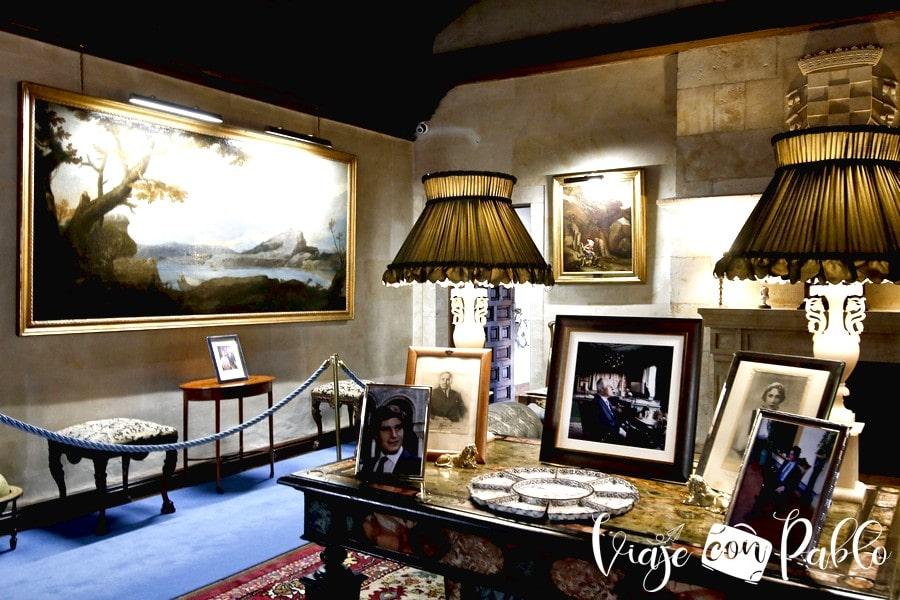 Una de las salas del palacio de Monterrey donde se puede ver un cuadro de José de Ribera