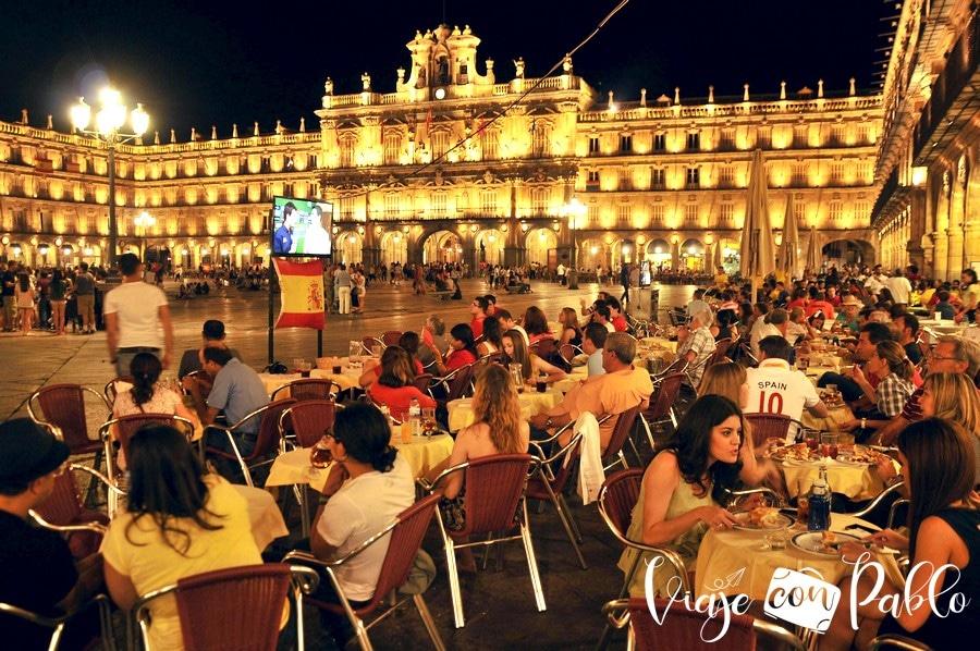 Ambiente nocturno en las terrazas de la Plaza Mayor en una noche de verano