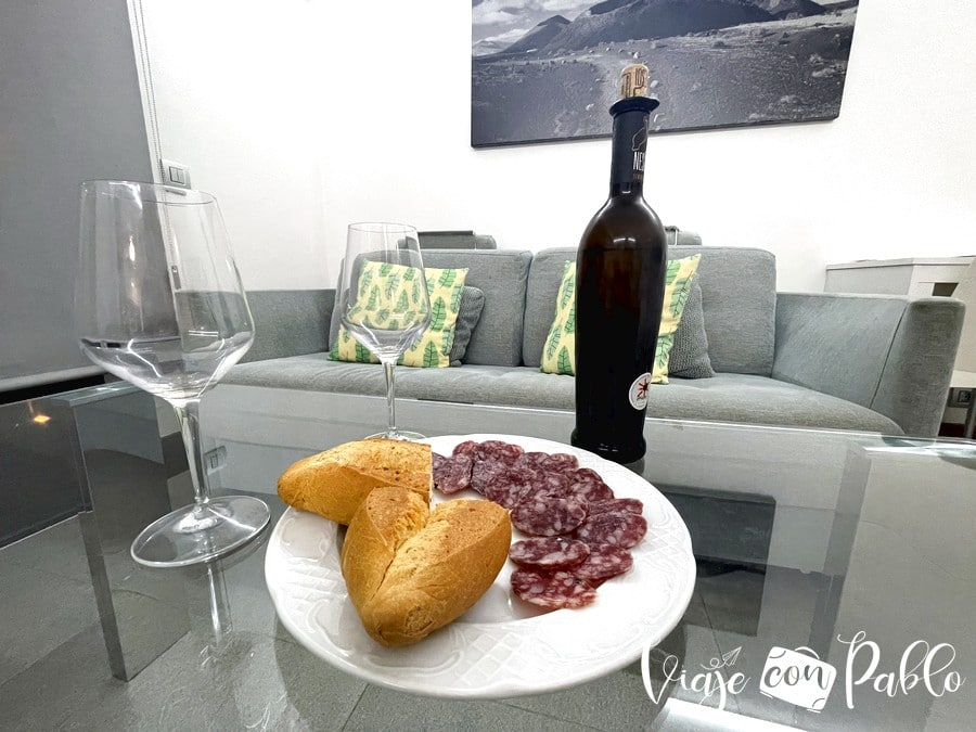 A punto de tomar un aperitivo en nuestro salón de la villa deluxe