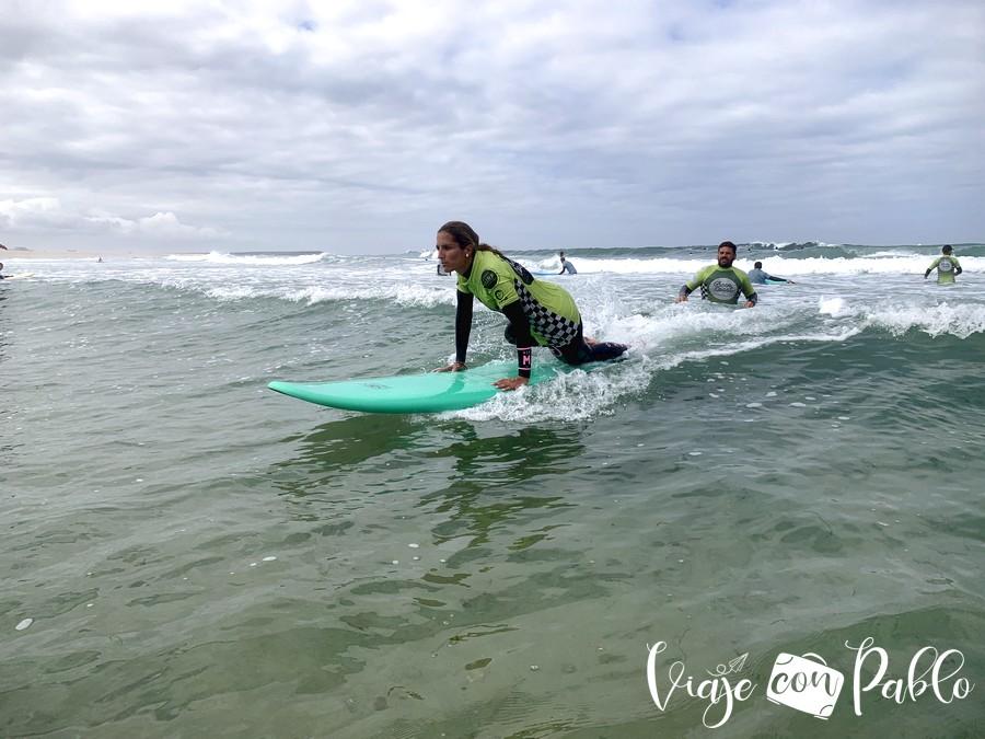 Estefanía, durante la clase de surf en Espinho