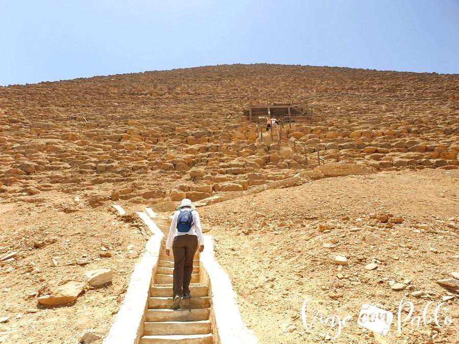 Escaleras de subida a la pirámide Roja
