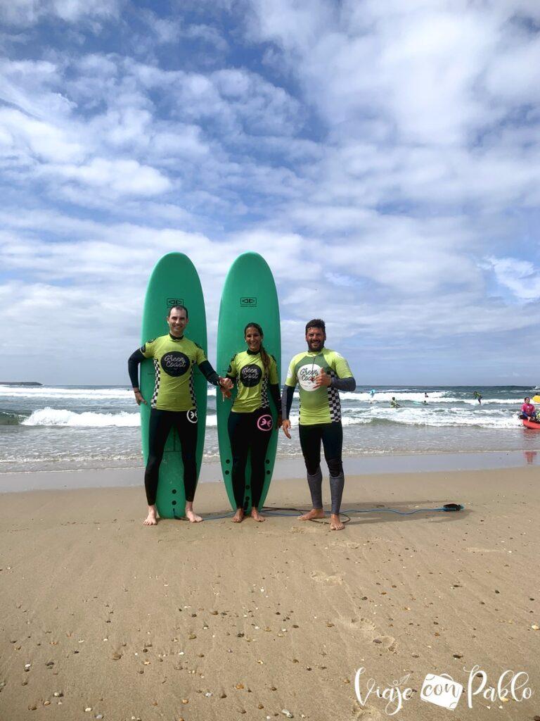 Con nuestro monitor Gonçalo Pina de la escuela de surf Green Coast