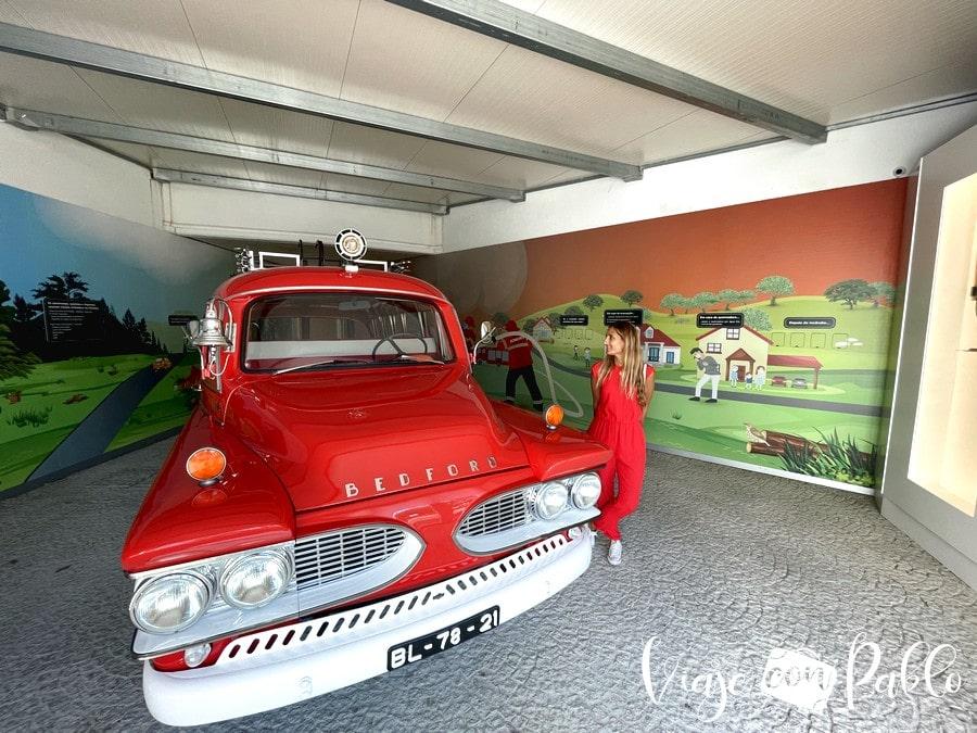Camión de bomberos expuesto en el Centro Ciência Viva da Floresta